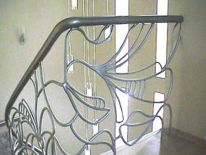 Лестница из нержавеющей стали в интерьере