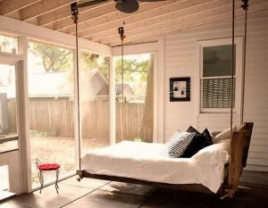 Подвесная кровать: удобно ли спать на… качелях