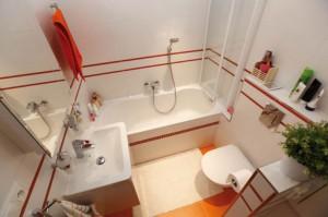Как правильно обустроить ванную комнату маленького размера, чтобы она была функциональна, практична и красива одновременно?